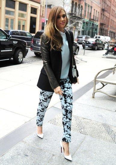 Jessica Alba mintás nadrághoz hordja
