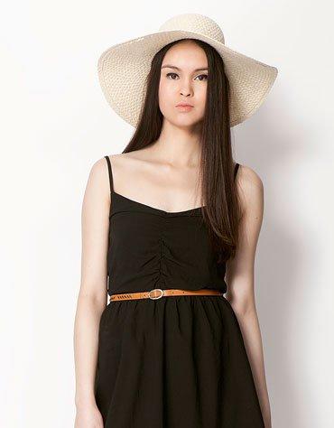 Nagy karimájú szalma kalap (Bershka – 3 595 Ft) bershka 2 f01f5e75ba